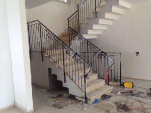 מעקה למדרגות